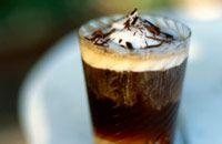 """""""Cafe Sundowner"""" – Zutaten für 1 Portion:  100 ml Baileys  Irish Cream 60 ml  abgekühlter Caffè Crema  1 Löffel Kaffee-Eiscreme  30 ml Milch    Zubereitung:  Alle Zutaten miteinander vermischen und im einem Parfait-Glas servieren.    by Tchibo.de"""