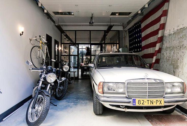 LOFT-GARAGE AD AMSTERDAM: L'INGRESSO L'ingresso al loft di James van der Velden è fronte strada e l'accesso avviene attraverso il posto auto che tuttora è occupato dai veicoli del proprietario, auto d'epoca e motociclette da collezione.
