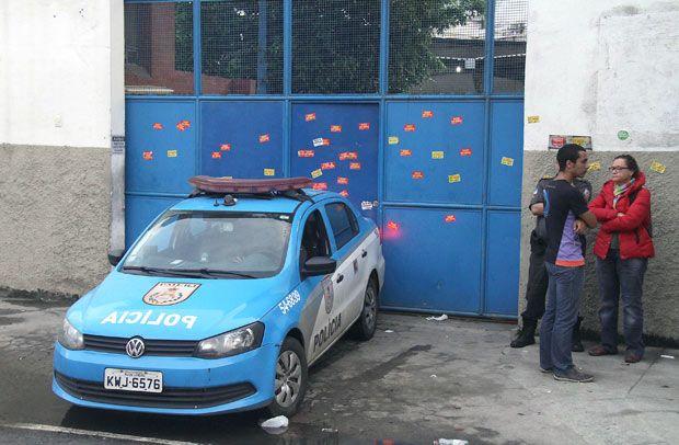 Policiais retiram grupo de estudantes que ocupava a sede da Secretaria Estadual de Educação do Rio