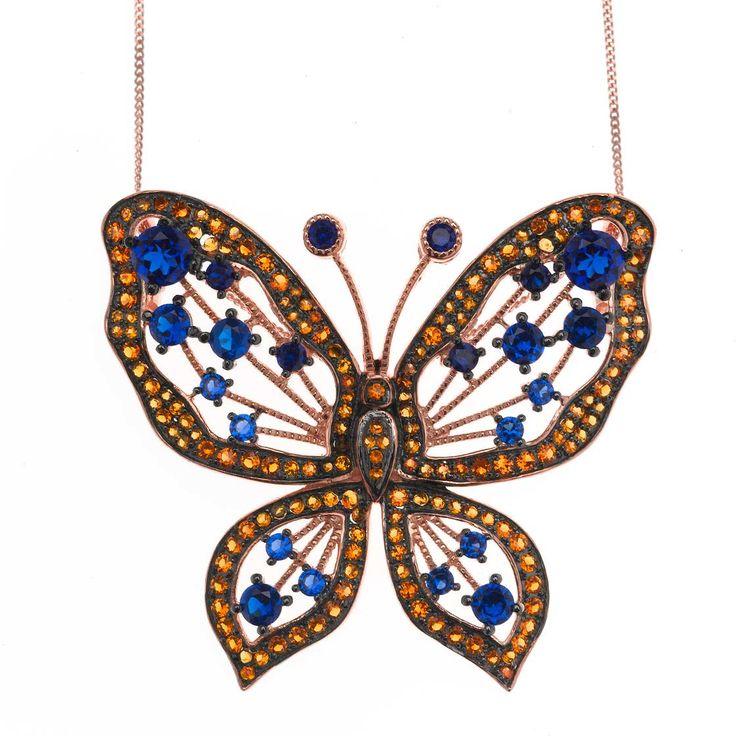 Destacan los colgantes de mariposas de potentes colores como verdes, azules, fresas y mostazas que, seguro complementarán a la perfección cualquier look.  Ver más coleccion en www.salvatore.es