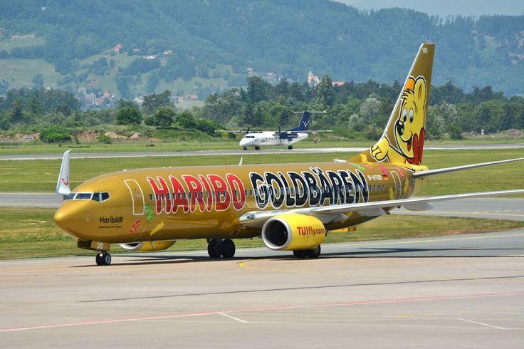 TUI HARIBO Goldbären Boeing 737-800 am Flughafen Graz-Thalerhof, Austria.