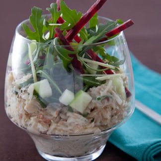 Verrine de chair de crabe, salade croquante betterave et pommes acidulées sauce les gourmandes au citron avec une pointe de ging