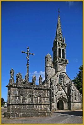 Photo au mois de juillet du magnifique calvaire dominé par l'église Notre-Dame de Confort du XVIe siècle, au coeur du village de Confort-Meilars, dans le département du Finistère, en région Bretagne. Photos de la région Bretagne.