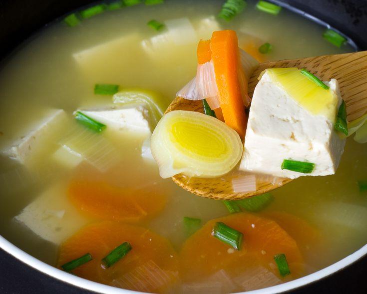 La sopa de miso es un plato tradicional japonés. Se prepara con mugi miso, una pasta de soja fermentada. Es una sopa repleta de vitaminas y minerales.