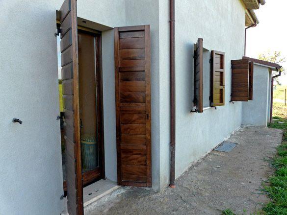 Pi di 25 fantastiche idee su persiane in legno su for Infissi esterni in alluminio prezzi