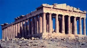 Vista frontale del Partenone. E' l'edificio di maggiore importanza all'interno dell'acropoli ed è un tempio periptero di ordine dorico. Fu realizzato da  Ictino, Callicrate e Mnesicle, sotto la supervisione di Fidia. E' di marmo Pantelico, suddiviso in rocchi perfettamente incastrati tra loro senza bisogno di stucco. Era la sede della divinità, potevano averne l'accesso solo i sacerdoti, tutti gli altri si dovevano fermare sulla soglia.
