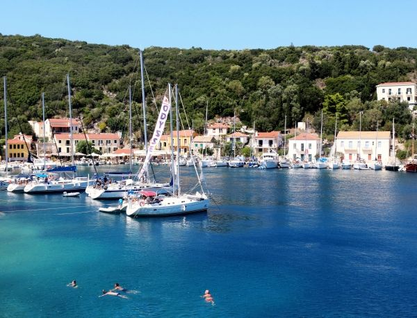Everything you can love about Greece: the sea, the boats, the buildings and the vegetation!