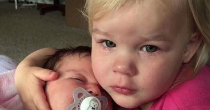 Πήρε αγκαλιά τη νεογέννητη αδερφή της και έτρεξε κλαίγοντας στη μαμά της. Ο λόγος; Θα σας αφήσει άφωνους! Crazynews.gr