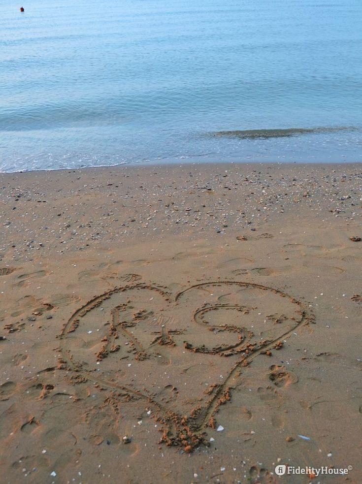 La notte, il mare, i passanti... nessuno a cancellato questo segno d'amore che…