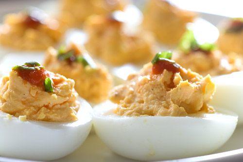 Sriracha Deviled Eggs by lifesambrosia #Eggs #Sriracha