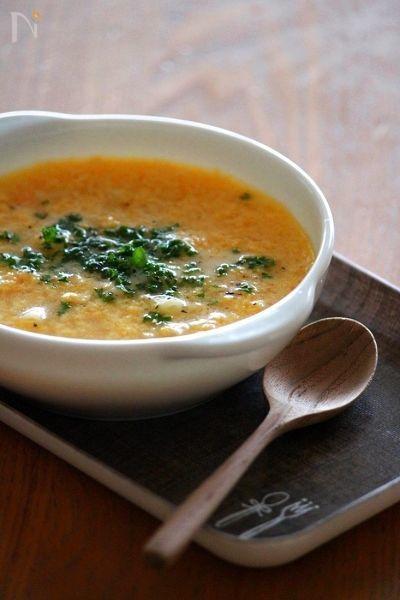 冬に食べたくなるのが「スープ」ですよね。身も心も温まるようなスープは、寒い日にぴったりです。今回は、白米のおかずにもなって、簡単に出来るスープレシピをご紹介します。