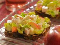 Salát z kuřecí šunky s křenem a jablky na celozrnném toustu