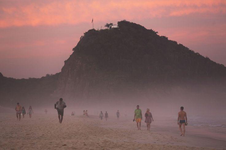 La spiaggia di Copacabana al tramonto, a Rio de Janeiro. Le Olimpiadi avranno inizio il 5 agosto, e la spiaggia sarà uno dei luoghi principali per le gare. - (Mario Tama, Getty Images)