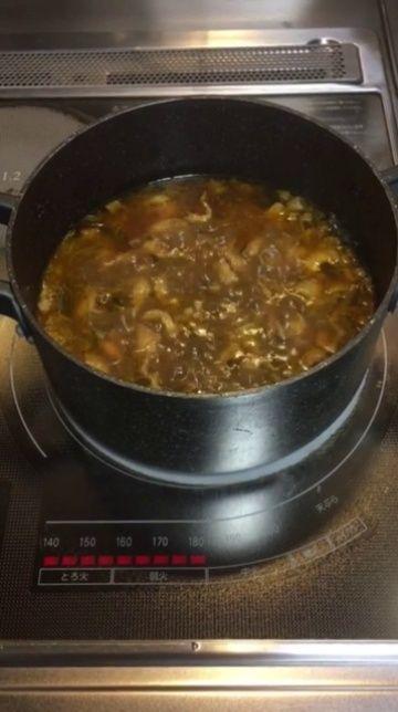 鶏煮込み カレー風味。 っていうか、すでにある種のチキンカレーではあるのか。  ターメリックで色付け。 クローブとカルダモンとフェネグリークで風味付け。 (下味でブラックペッパーとガーリックとジンジャーを使用) カルピンチャ(カレーリーフ)で香り付け。 (煮込む段階でローリエも使ってる)  鶏はレモンと塩とワインでマリネしてあるので、塩的な味付けはそれだけ。  うん。味が決まってる。 さて。  ホールのクミンどうしよう…。今回のクミン、思ってたより風味が弱くて…。 現時点でコレを入れる必然性がない。 入れたら多分カレーらしい味にはなるんだけどね。  仕上げは明日だから、その時に考えよう。