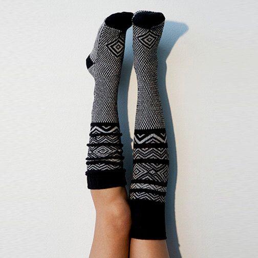 Nero calze lunghe al ginocchio modello scandinavo di PeonyandMossSocks su Etsy https://www.etsy.com/it/listing/258682290/nero-calze-lunghe-al-ginocchio-modello