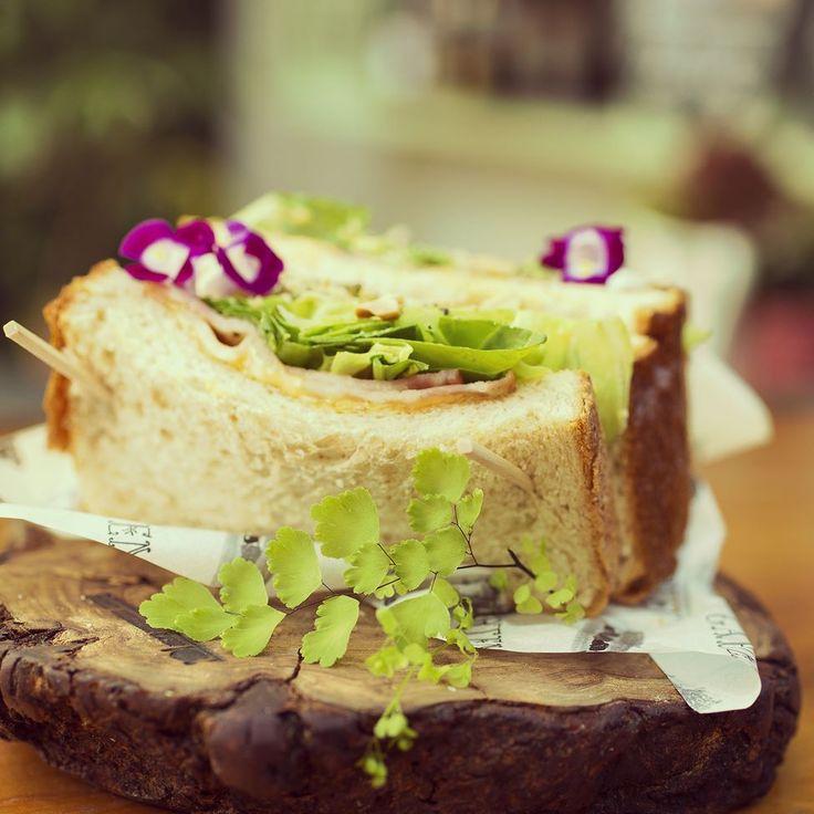 ピクニックが楽しい季節ですね表参道のGARTENではおしゃピクニックにぴったりなお花畑のようなサンドイッチを購入できますマニマニ東京より 編集Kは20分歩いて代々木公園の芝生でいただきました #きままにコラム #ピクニック #おしゃピクニック #GARTEN #COMMUNE246 #東京 #マニマニ東京 #旅 #旅行 #trip #旅本 #ガイドブック #マニマニ #manimani by manimani_official