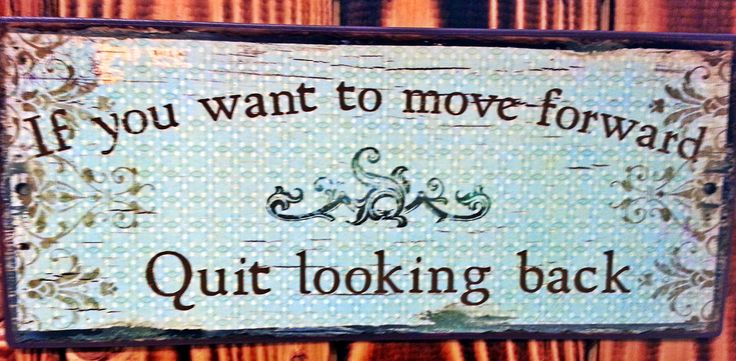 "Metalskilt med teksten: ""If you want to move forward, quit looking back"". #citat #quote #ifyouwanttomoveforwardquitlookingback #movingforward #movingon #plantorama"