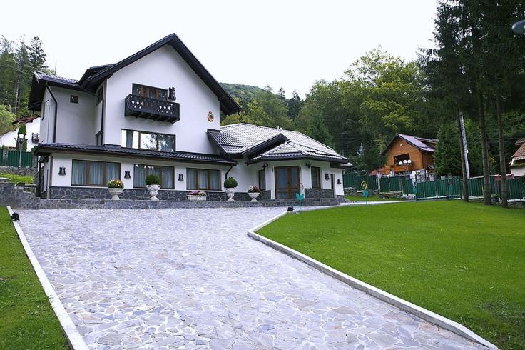 Villa Princess Of Transylvania is located at 900 meters from Peles Castle,about 1.1 km from Pelişor Castle and 1.5 km from downtown. Sinaia. Dracula's Castle is at a distance of 48 km. The breakfast included.