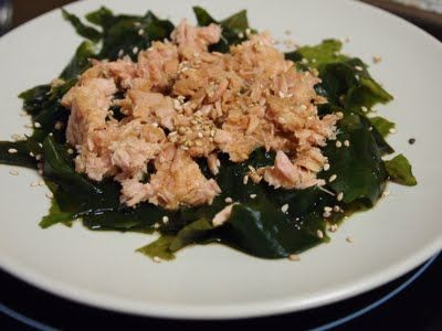 Ensalada de algas con atún con aceite y semillas de sésamo.