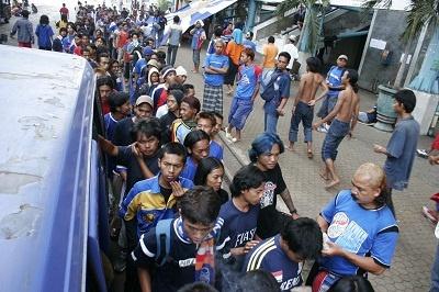 yair lagu Aremania  selalu ada untuk Arema sangat pas untuk teks foto koleksi dari Malang Photo kali ini. Di Stadion Lebak Bulus Jakarta, mereka antri dengan tertib saat pembagian nasi bungkus. Para Aremania ini rela menunggu berhari-hari untuk melihat pertandingan tim kesayangannya.