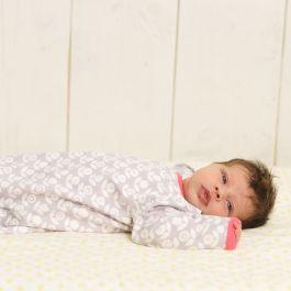 Der Sommerschlafsack: Wichtig, damit die Babys nicht zu sehr schwitzen und der Schweiß gut rausgetragen werden kann. Der angenehme Stoff ist dünn, aber nicht zu dünn. Der Wonneproppen friert also nicht ;)