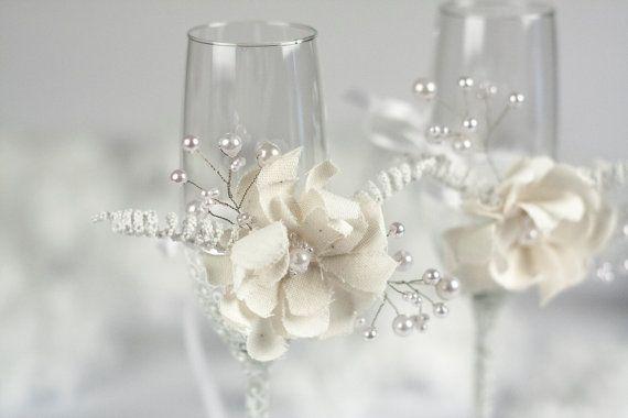 Winter weiße Blume und Perle Hochzeit Champagner Flöten  Perle Hochzeit Gläser sind dekoriert mit handgefertigten Blumen hergestellt aus weißer