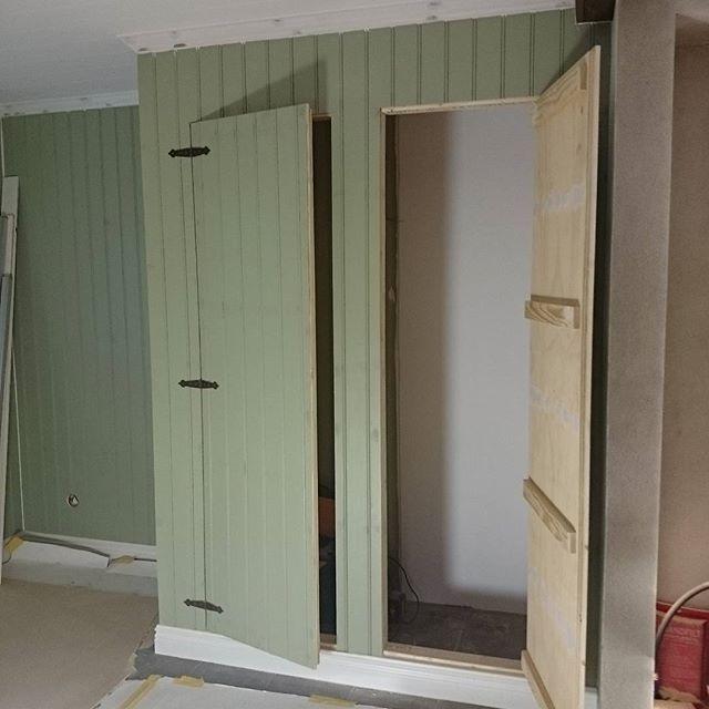 Spackling av dörrarna till platsbyggda garderoben, det är ju insidan som räknas:) #husetlugnvik #sjubilderfrånmitthem #pärlspont #hall #platsbyggdgarderob