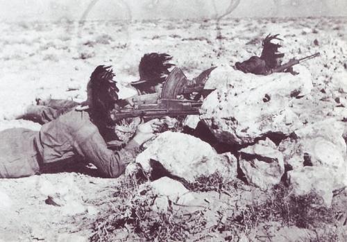 Bersaglieri rispondono al fuoco nemico