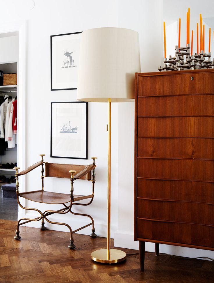 Karmstolen i förgylld brons och skinn är italiensk nyklassicism från 1940-talet. Golvlampan i mässing är schweizisk. Byrån i teak är ett gesällprov från 1950- eller 60-talet. På byrån, retroljusstaken BMF nagel i många moduler.