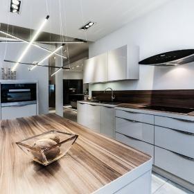 Trend Meble kuchenne Nowoczesna bia a kuchnia z drewnianym blatem Minimalistyczna aran acja kuchni w kolorach drewna