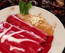 """Enchiladas """"Los Chilaquiles"""" - En salsa de Betabel con Chipotle. El colorcito es 100% Natural """"Aunque Usté no lo Crea"""". Van rellenas de Pollito o Queso Fresco Artesanal."""