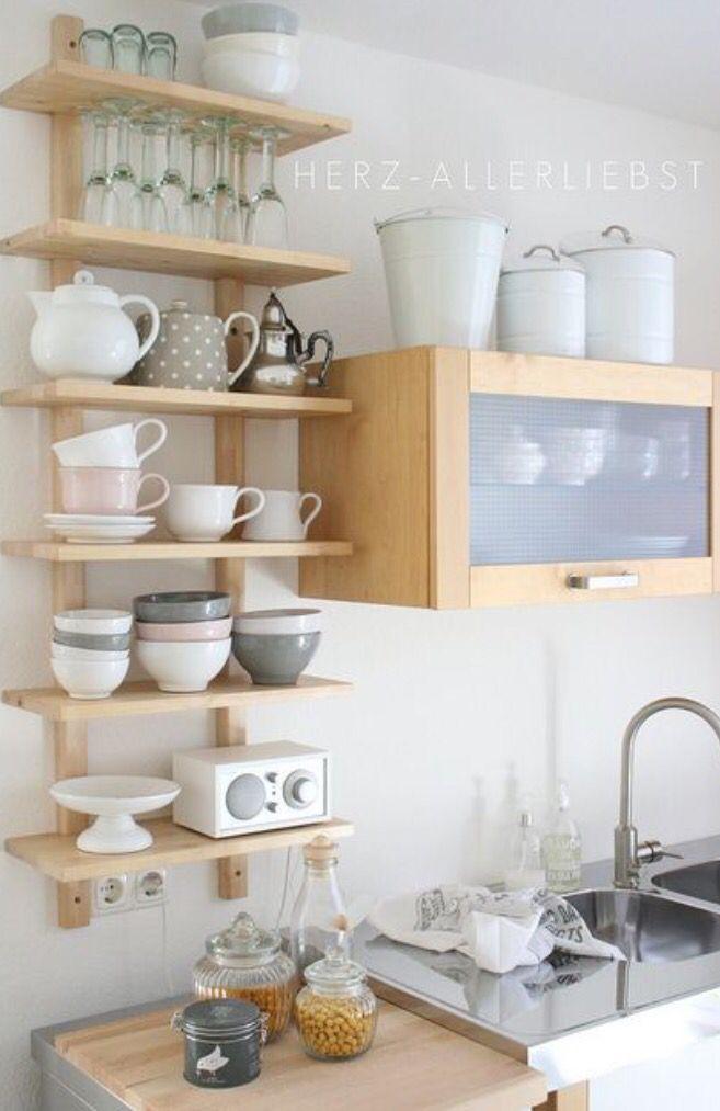 ¡Muy buenas! Como os dije el lunes, ando de reformas en casa, entre ellas quería dar un toque nuevo a mi mini-cocina, y lo he hecho incorporando baldas en una pared que tenía sin muebles y relativa…