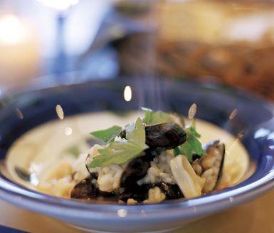 Denna Risotto frutti de mare är en förstklassig middag som du tillreder i en och samma kastrull. Skaldjursmix, bläckfiskringar och blåmusslor med skal är en skön kombination av havets frukter och går väl samman med risottons krämighet.