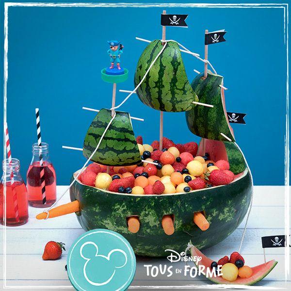 Imaginez le bateau de Jack Sparrow tout en fruits ! De la pastèque, du melon, des myrtilles, des fraises, un festival de saveurs à déguster sans modération.