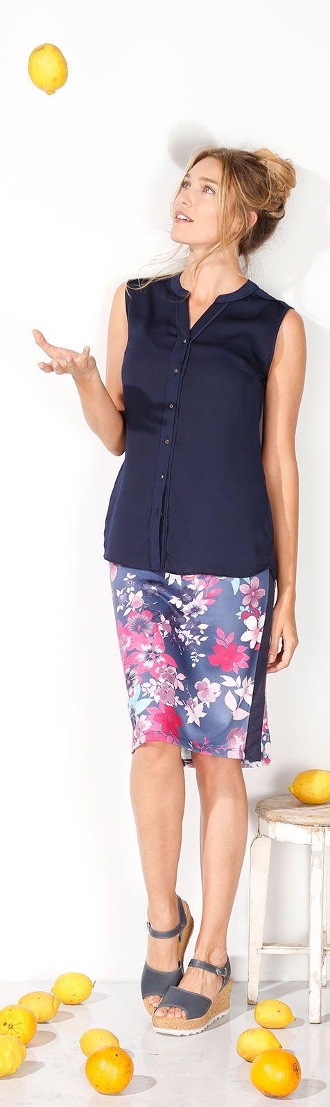 Sauer macht lustig! Sorgen Sie mit diesem sommerlichen Outfit für gute Laune. Der fließende Sweat-Rock mit Blumenmuster sieht zu den Wedges-Sandalen einfach toll aus – egal, ob in der Freizeit oder im Büro. #Mode