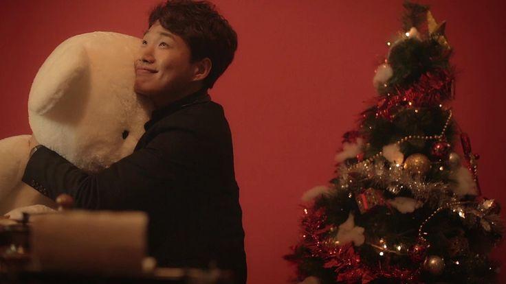 """〈 NOËL - Cube Artists : Christmas Song 〉 Toute l'équipe d'Hanllyu vous souhaite un Joyeux Noël en famille, avec des amis ou de la K-pop (ou un bon film ou drama coréen) ! Dernière chanson de Noël cette année : """"Christmas Song"""", interprétée par tous les artistes de la Cube Ent ! __________________________ www.twitter.com/HanllyU Sources & Crédits : CUBE ENT YTC"""