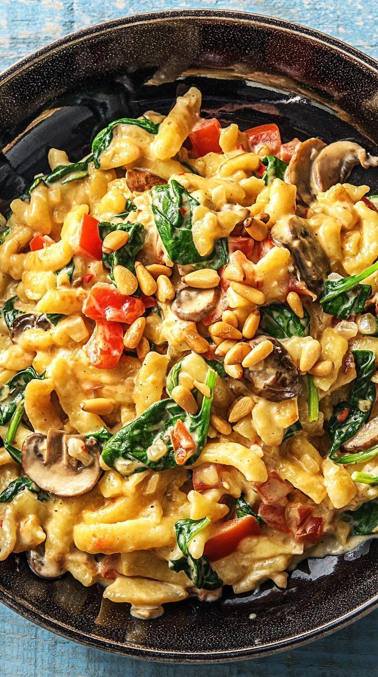Summery spinach and spaetzle frying pan in creamy sauce with pine nuts   – Herbstküche
