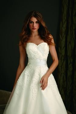 Wedding dress heart shaped top goin 39 to the chapel for Heart shaped wedding dress