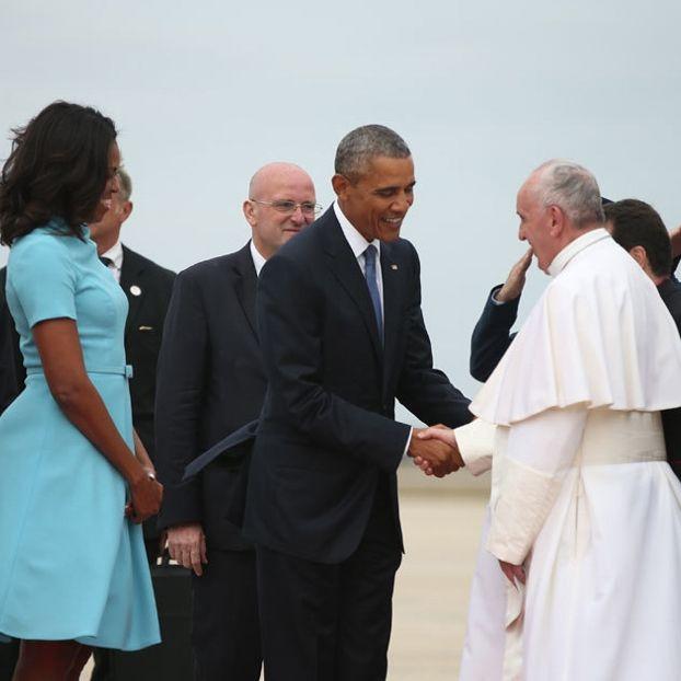 Il presidente degli Stati Uniti Barack Obama e la first lady Michelle danno il benvenuto a papa Francesco, atterrato nella base militare di Andrews, vicino a Washington