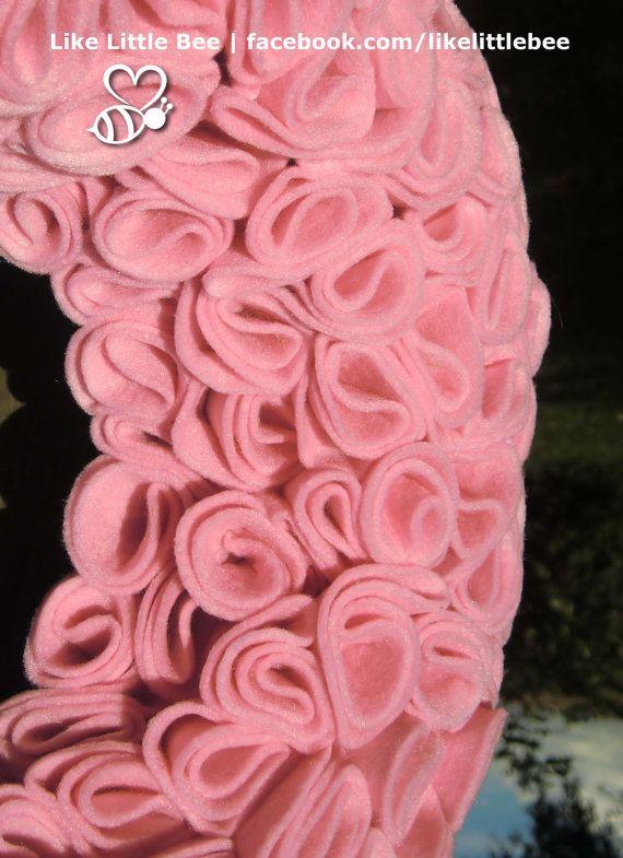 Prachige roze vilten krans met roosjes van LikeLittleBee op Etsy