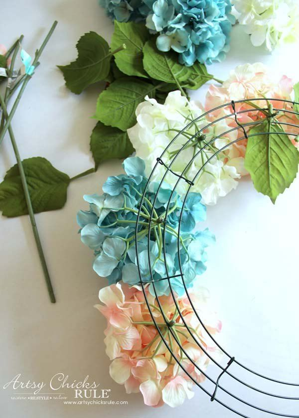 EASY DIY Hydrangea Wreath - perfect! Just add burlap bow on top to hang from