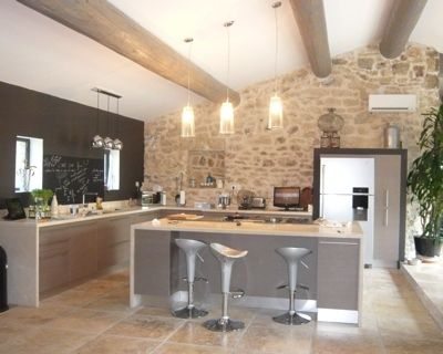 i like this kitchen... especially the chalckboard on the wall!!♥