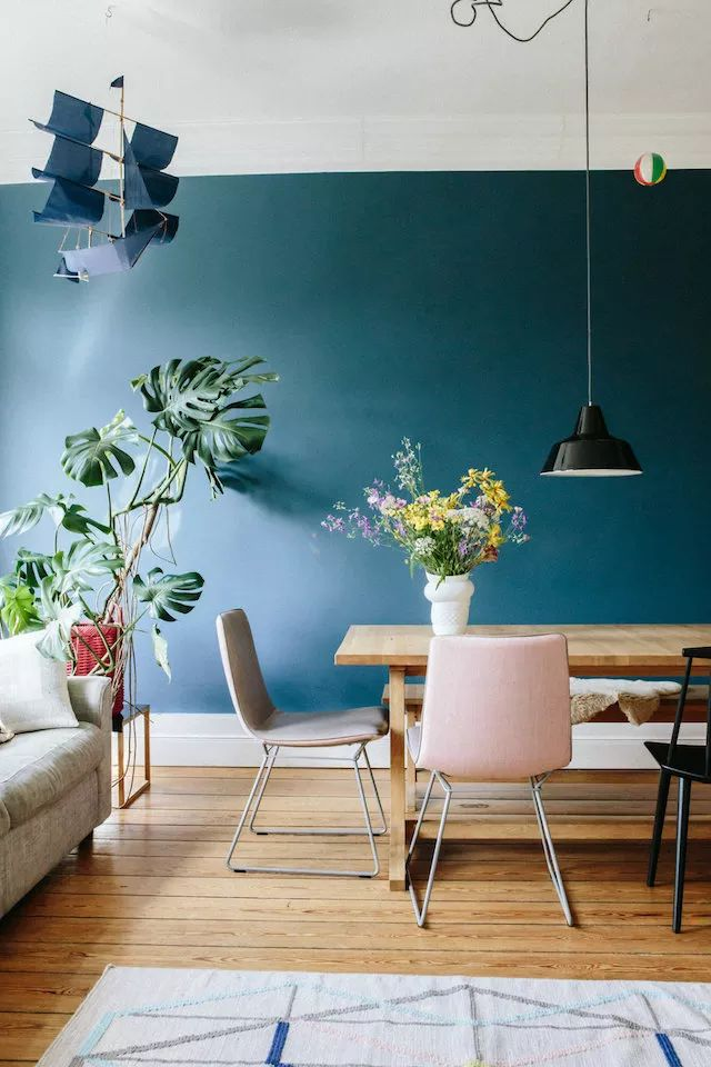 Pour son salon Melodie Michel Berger a choisi la peinture bleu de farrow and ball et l'addition de plantes vertes