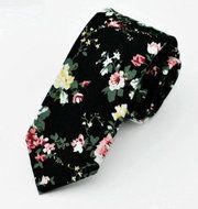Stropdas Buffalo Flowers  Description: Een stropdas met een uniek patroon  Stropdassen worden gedragen door veel mannen. Het is als man dan ook mogelijk om extra op te vallen met een speciale stropdas. Deze Buffalo Flowers heeft bloemen als thema. Op de stropdas zijn verschillende bloemen afgebeeld in combinatie met afbeeldingen. Dit maakt van deze stropdas echt een pronkstuk.  Met een stropdas kan een speciaal effect worden gecreëerd. Het geeft een eenvoudige outfit toch net dat stukje…