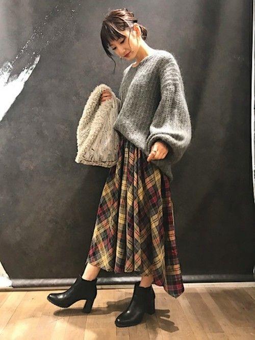 ざっくりニットはゆるシルエットと  ぷっくり袖のデザインが可愛いです☆  柄と色味のあるスカートを合