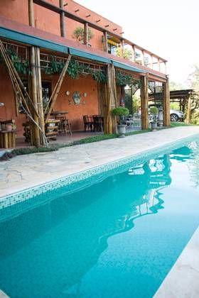 VELVÆRE: I vannet er det godt over 25 grader. Da ekteparet la ned restauranten, bygde de basseng. Husets lune farge er laget naturlig av min...