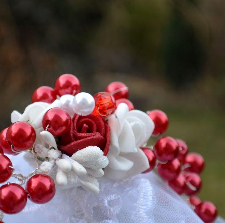 Svatební+spona+do+vlasů+La+Rosalia+Velká+svatební+spona+vhodná+k+ozdobení+svatebního+účesu,+variabilně+jde+natvarovat+na+drdol+,+na+sepnuté+vlasy+na+straně+,+ale+lze+použít+také+místo+čelenky.+Rozměry:+15/+7+cm+Barva:+červená,+bílá++