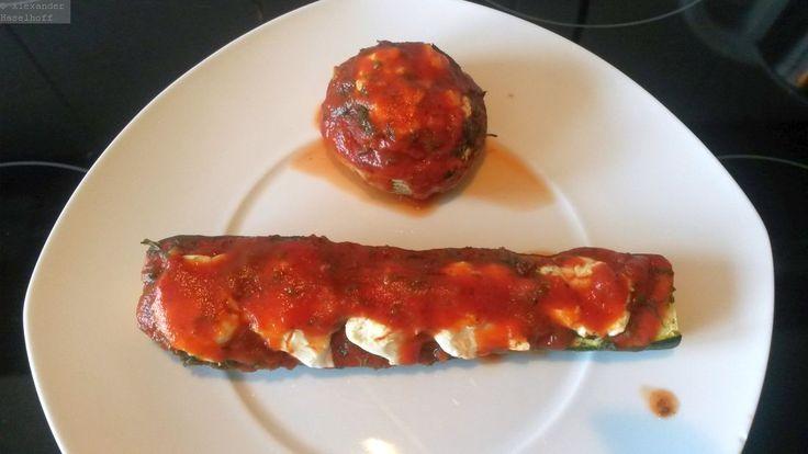Dieses hCG Rezept ist für die strenge Diätphase der HCG Diät geeignet. Gefüllte Zucchini oder wahlweise gefüllte Champignons. Schon beim durchlesen läuft mir ehrlich gesagt das Wasser im Mund zusammen :-) Die Zutaten sind für fünf Portionen 500g Rinderhackfleisch mager 3 Zucchini (oder 2 Zucchini + 4 Riesenchampignons) Iglo 8 Kräuter TK Exquisa Frischkäse 0,2% …