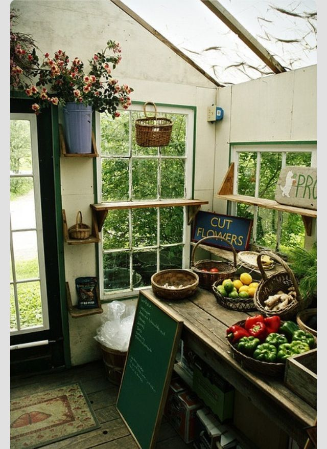 El objetivo del proyecto es crear una jardinera movil hecha por nosotras para ahí germinar las plantas con un sistema de riego especifico y que sirva para facilitarnos la vida y el espacio de nuestro hogar y empezar a crear una cultura verde en la que cada quien tenga una de estas en su casa ya que es fácil y sencillo