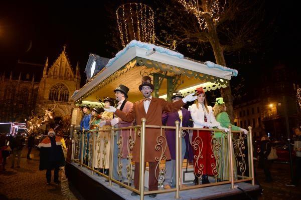 Chars scintillants et cadeaux: la Parade de Noël à Bruxelles en images | Bruxelles - lesoir.be